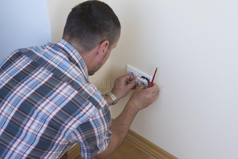elektriker som installerar stickkontakten arkivfoton