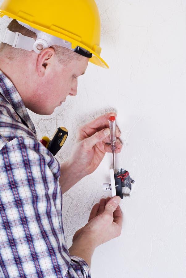 elektriker som installerar strömbrytaren arkivfoto