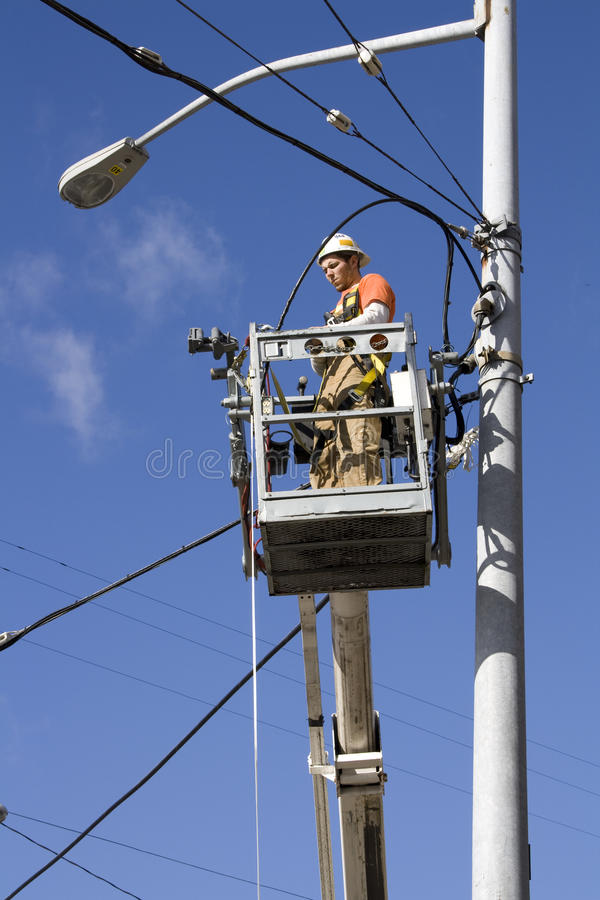 Elektriker som reparationr elektriska kablar arkivfoto