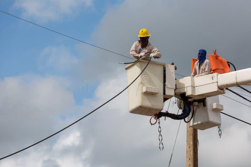 elektriker som reparerar tråd av kraftledningen på elkraft royaltyfri foto