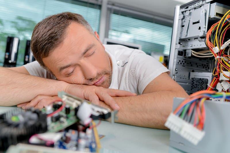 Elektriker sovande på jobb arkivfoto