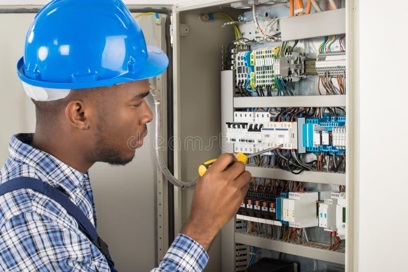 Elektriker Untersuchungsfusebox mit Schraubenzieher stockfotos