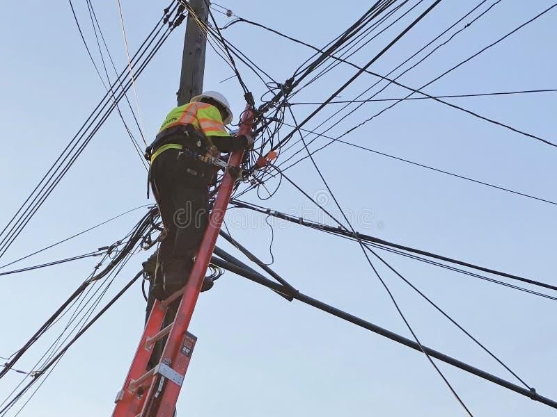 Elektriker Working på telefonlinjer arkivfoton