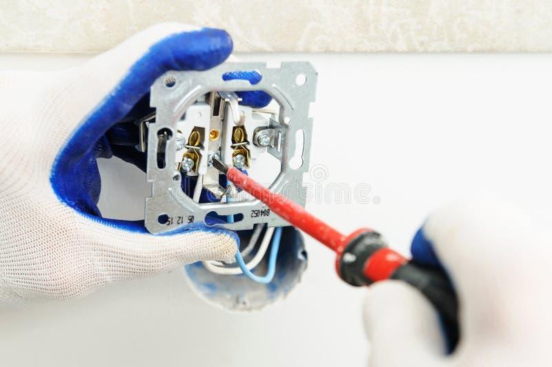 Elektrikeren installerar elektriskt uttag fotografering för bildbyråer