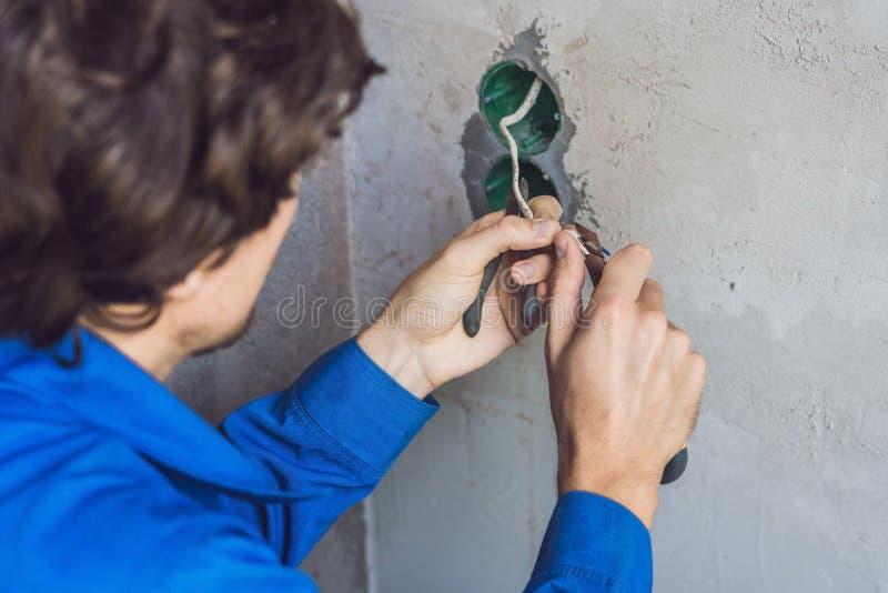 ElektrikerInstalling Socket In nytt hus arkivfoto
