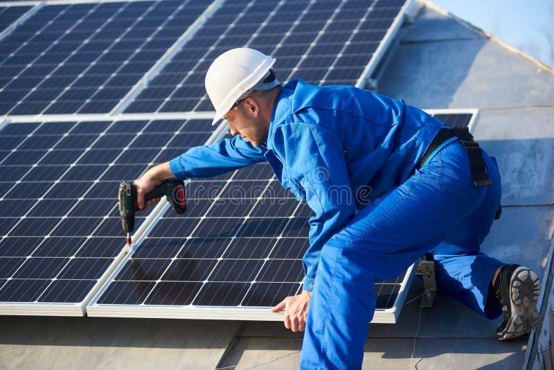 Elektrikermontagesonnenkollektor auf Dach des modernen Hauses lizenzfreie stockfotos