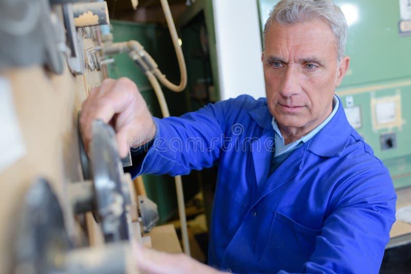 Elektrikerrepairman i arbetskläder royaltyfria bilder