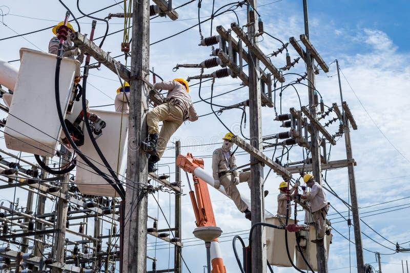 Elektrikerreparation överföringssystemet arkivfoton