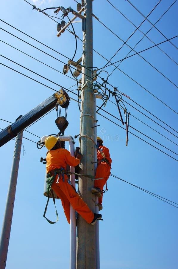 Elektrikerreparationssystem av elektrisk tråd arkivbilder