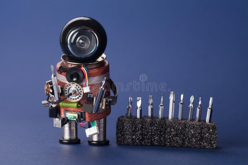 Elektrikerrobot med skruvmejseluppsättningen Tjänste- tecken för gyckel, svart hjälmhuvud och faktotuminstrument Moget frö av gra royaltyfri bild