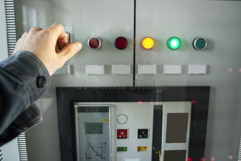 Elektrikertechnikeringenieur auf Bedienfeld von elektrischen Schaltern Elektrische Verteilung auf elektrischer Station der Energi stockbild