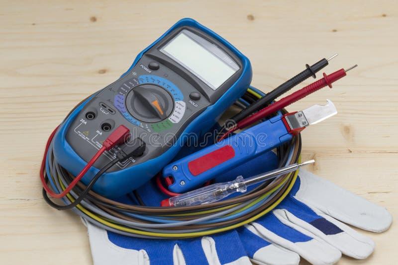 Elektrikerutrustning p? vit bakgrund multimeter arkivfoto