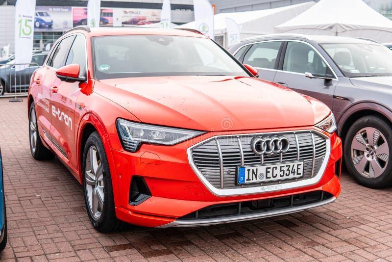 Elektrisch Audi e-Tron 55 quattro SUV met hoogspanningsbatterij en elektrische die motormotor door Audi AG wordt geproduceerd stock fotografie