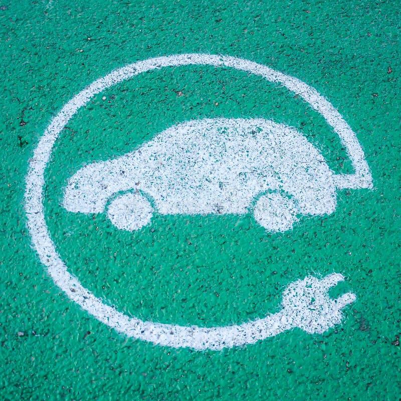 Elektrisch auto het laden postteken, duurzame mobiliteit stock fotografie