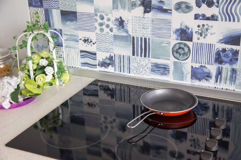 Elektrisch fornuis De pan wordt geplaatst op een modern elektrisch fornuis royalty-vrije stock fotografie