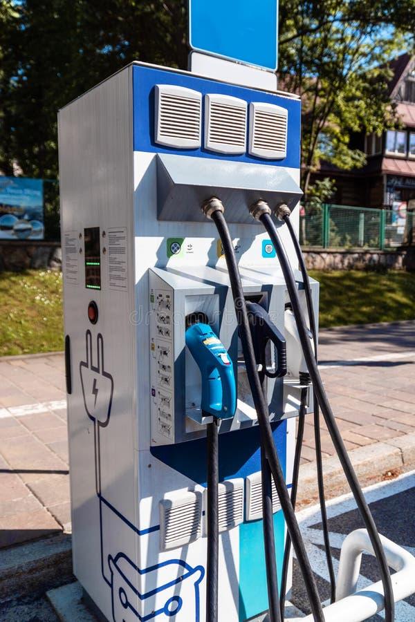 Elektrisch het laden punt voor auto's Een snel laderspunt voor elektrische voertuigen bij autoroute royalty-vrije stock foto's