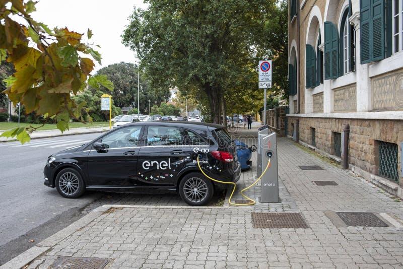 Elektrisch Mercedes-Benz van E-Go de dienst die van het autoaandeel op Enel X het laden post in Ostia aanvulling, een buurt van R royalty-vrije stock foto's