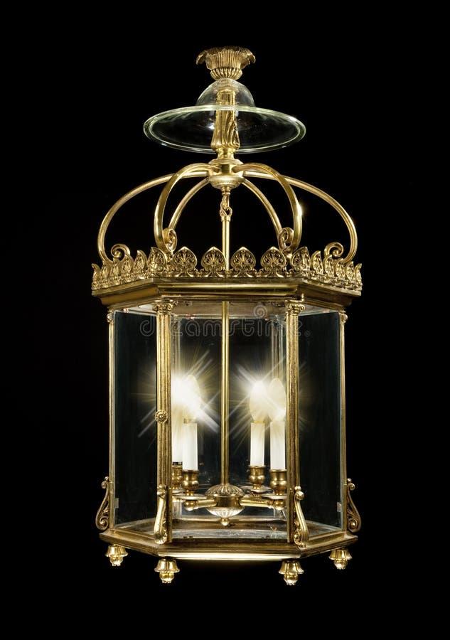 Elektrisch messing die antieke die lantaarn hangen op zwarte wordt geïsoleerd royalty-vrije stock afbeelding