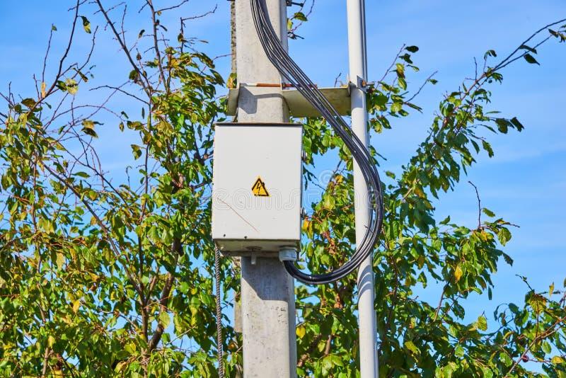 Elektrisch paneel op de grijze concrete pijler royalty-vrije stock foto
