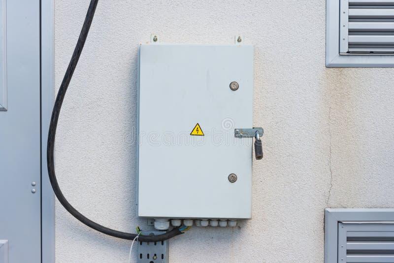 Elektrisch paneel op de grijze muur stock afbeelding