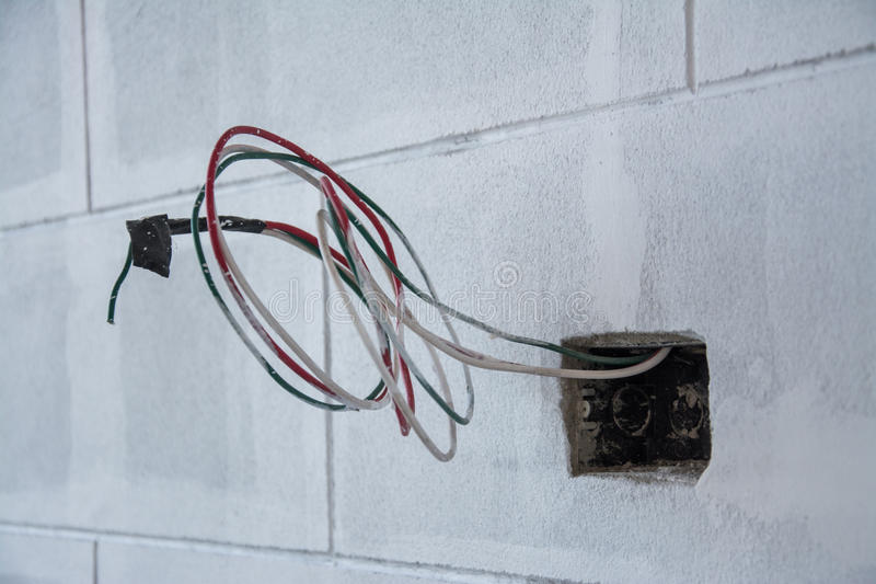 Elektrisch systeem op muur in bouwwerf, afzet met ijzerpijpen stock foto
