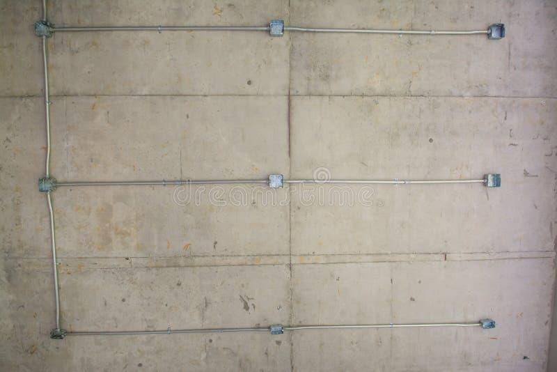 Elektrisch systeem op plafond, afzet met ijzerpijpen stock afbeeldingen