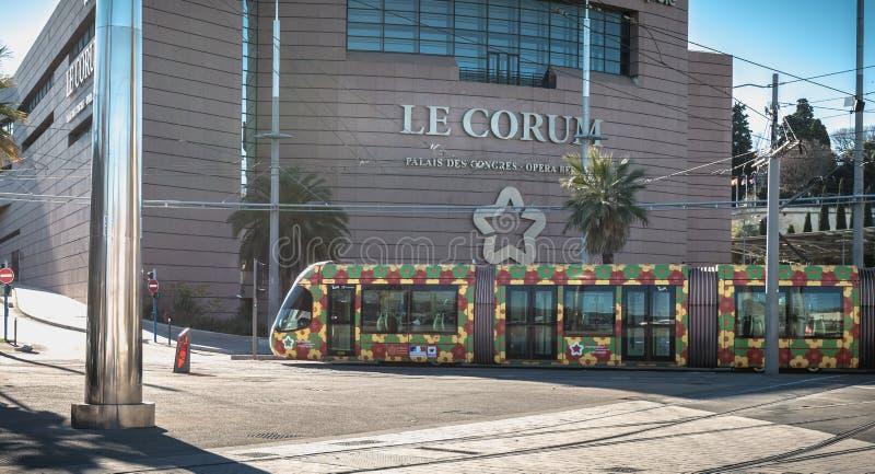 Elektrisch tramspoor die Corum, een overeenkomstcentrum en een Opera Berlioz in Montpellier, Frankrijk overgaan stock foto's
