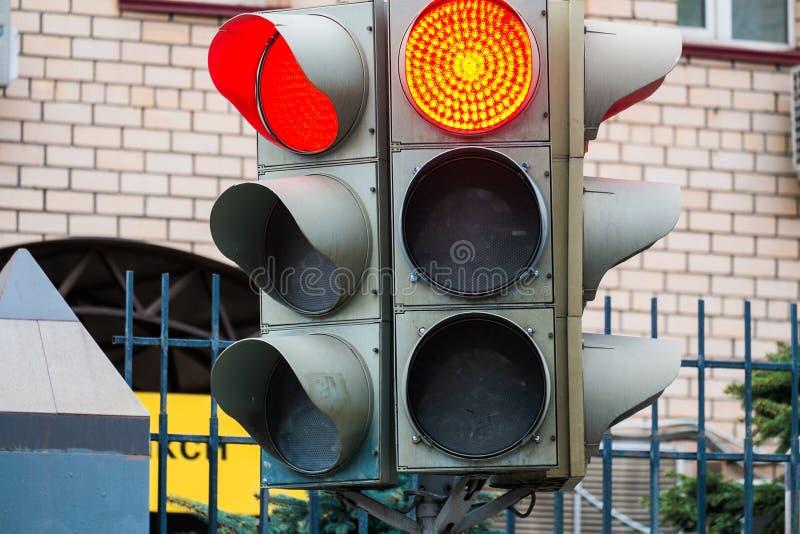 Elektrisch verkeerslicht Groene, rode en gele veiligheidssignalen Zebrapad in de straat van Jeruzalem stock fotografie