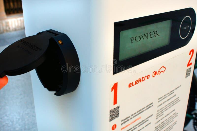 Elektrisch voertuig het laden posthulpmiddel stock fotografie