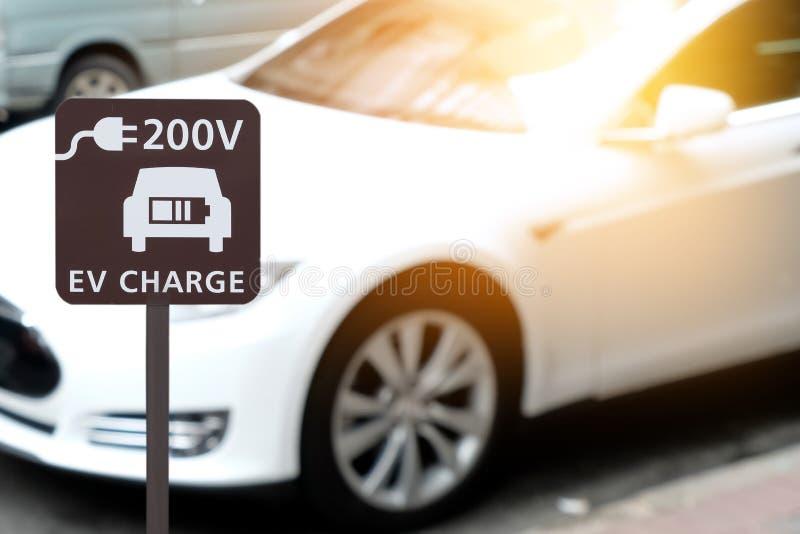 Elektrisch voertuig het laden postteken voor huis met EV-autorug stock afbeeldingen