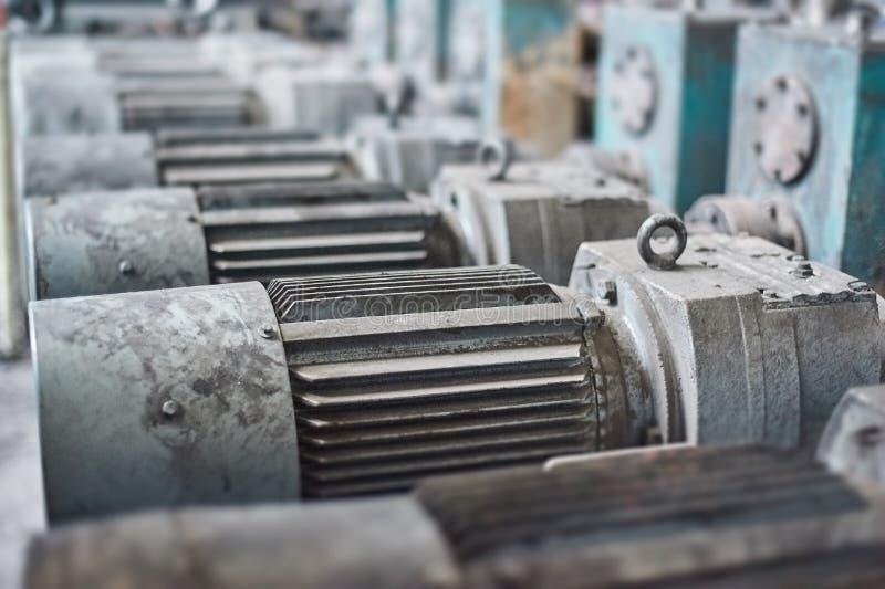 Elektrische actuator voor industriële molen in workshop stock afbeelding