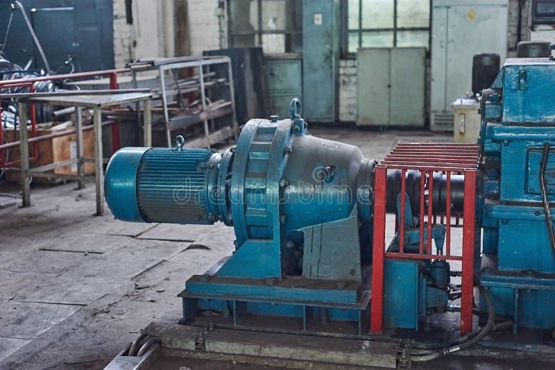 Elektrische actuator voor industriële molen in workshop stock foto