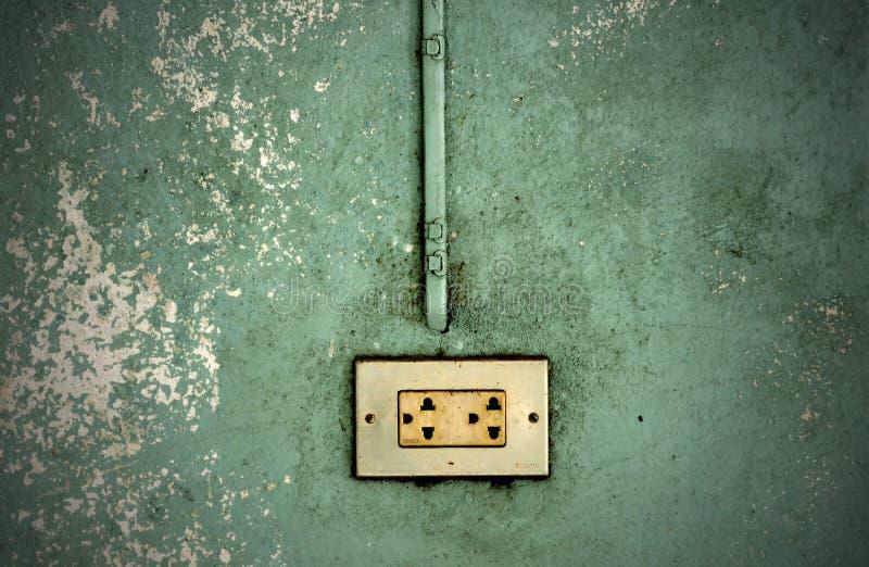 Elektrische afzet in een wal stock afbeelding