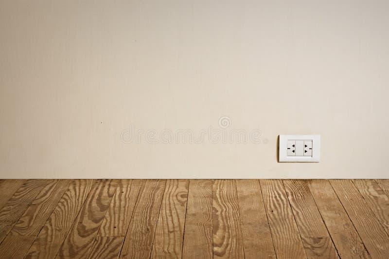 Elektrische afzet in oude muur. stock foto