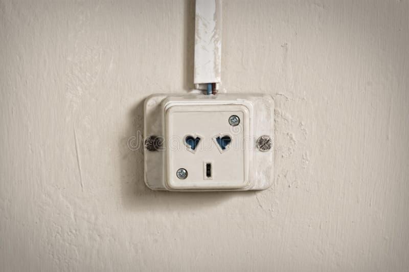 Elektrische afzet in oude muur. stock afbeelding