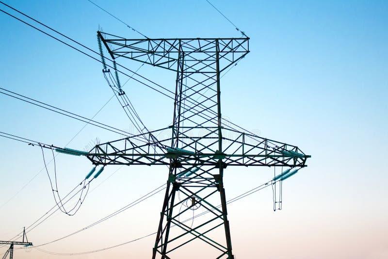 Elektrische Anlage zur Übertragung und Verteilung von Elektrizität über ein Kabelnetz gegen den Himmel lizenzfreie stockfotos