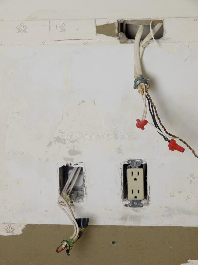 Elektrische Anschlüsse während des renovaton. lizenzfreie stockbilder