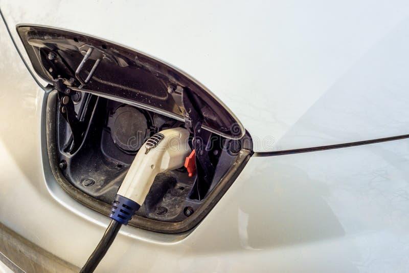 Elektrische auto die bij de aanvulling van post laden royalty-vrije stock fotografie