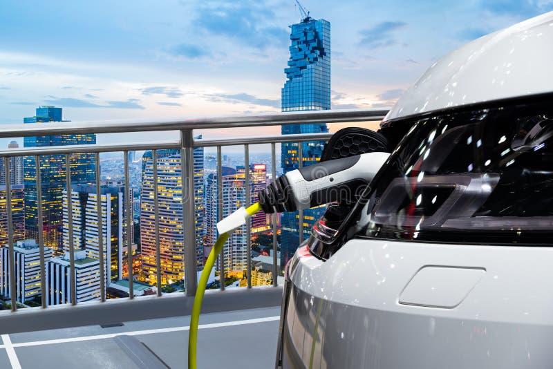 Elektrische auto die op parkeerterrein van de dakbouw laden stock afbeeldingen