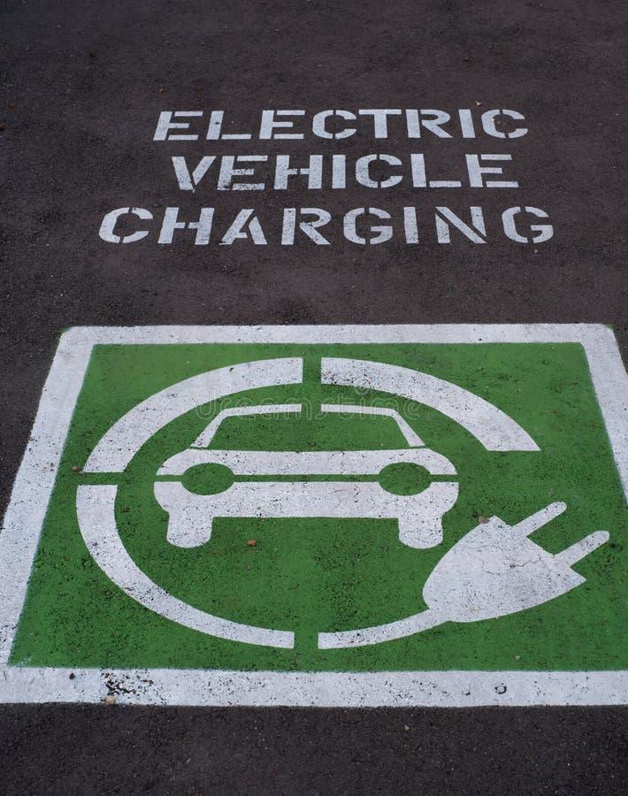 Elektrische Auto het Laden parkerenplaats royalty-vrije stock afbeeldingen