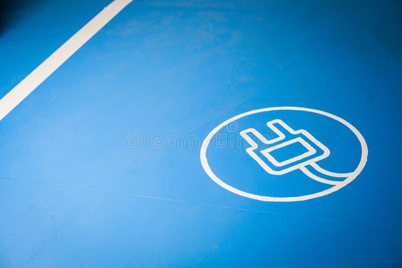 Elektrische auto het laden plaats stock afbeelding