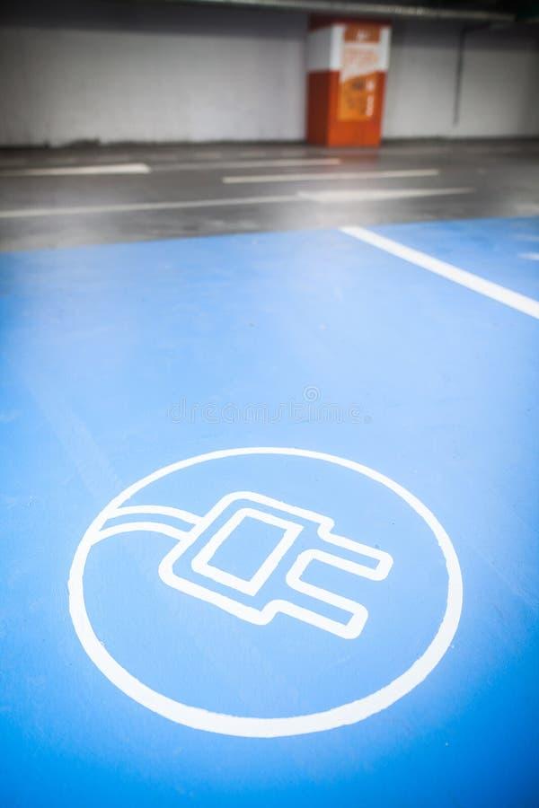 Elektrische auto het laden plaats royalty-vrije stock foto