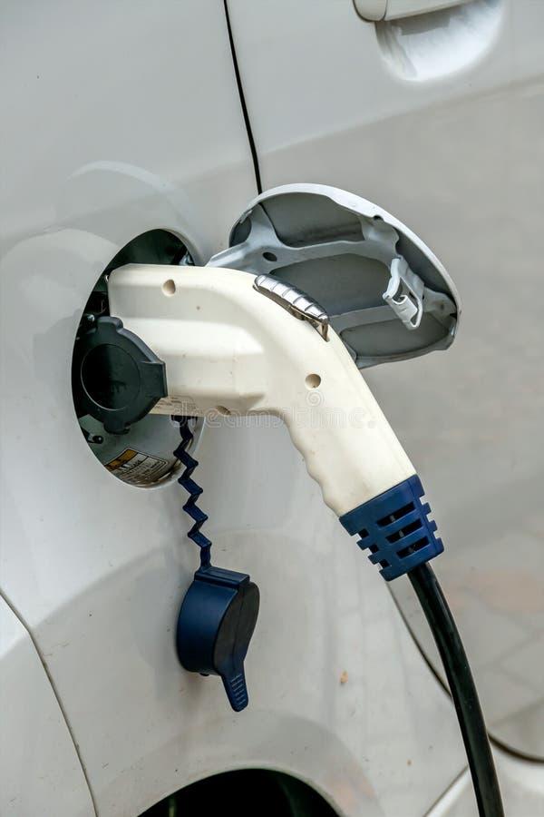 Elektrische auto het laden post aan royalty-vrije stock foto's