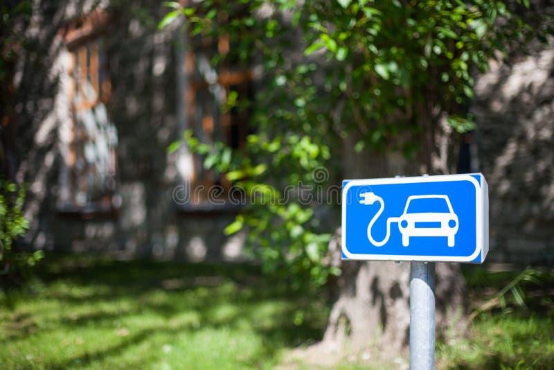 Elektrische auto het laden vlekverkeersteken in blauw en wit royalty-vrije stock foto