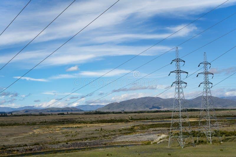 elektrische bedrading & pylonen op Kanaal Ohau stock afbeeldingen