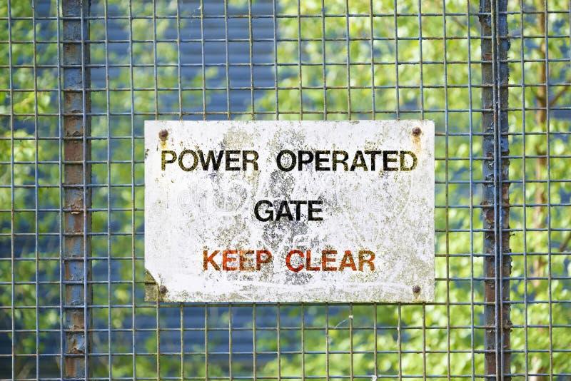 Elektrische betriebene Tore der Energie am Eingang für Sicherheitszugang zur BauBaustelle stockbilder