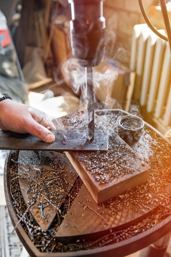 Elektrische Bohrmaschine, wenn ein metallisches Teil verarbeitet wird lizenzfreies stockbild