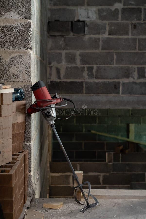 Elektrische boor met een mixer in een onlangs geconstrueerd gebouw stock foto's