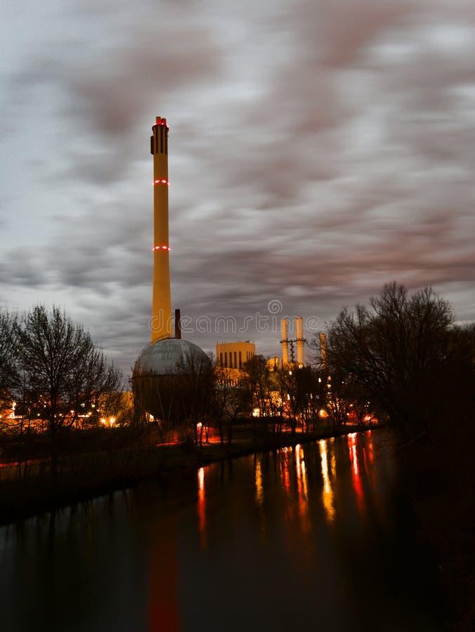 Elektrische centrale bij nacht royalty-vrije stock afbeeldingen