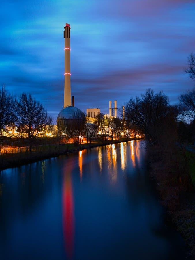 Elektrische centrale bij nacht stock foto's